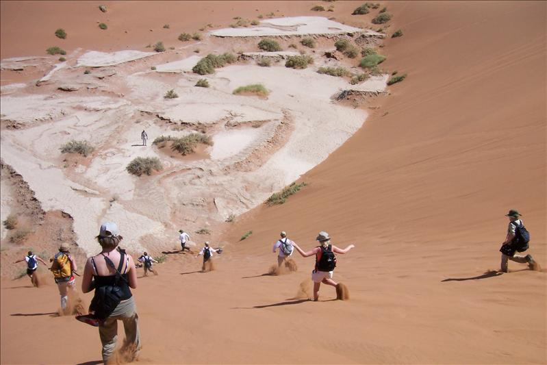 jumping down the dune / déscente de la dune en sautant