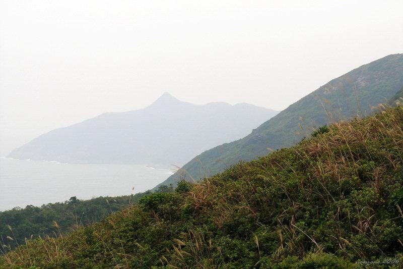 Overlook of  Tai Yue Ngam Teng 遠眺睇魚岩頂 (濛查查)