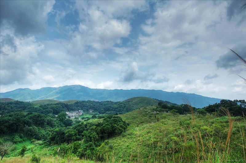 已可看到山下的蓮澳村及遠處的大刀刃山嶺