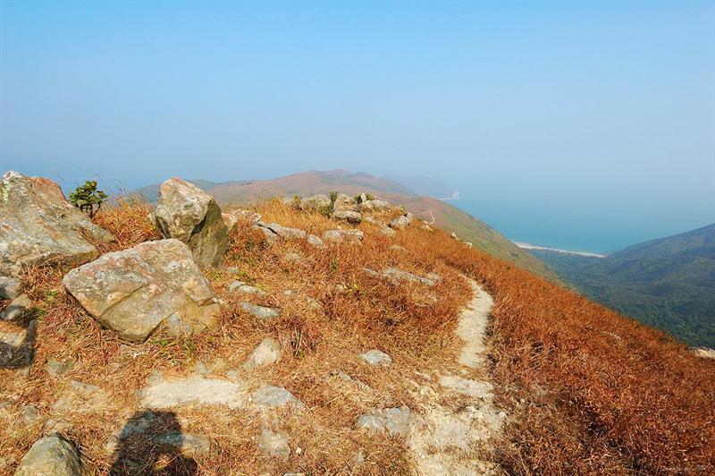 前方的東龍二輋山脊 Tung Lung Yi Che