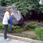 devant pierre sacrée