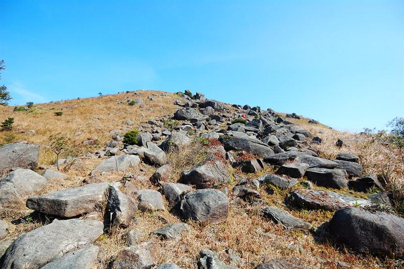 奇形怪狀的大小石塊散佈四方山(大瀝頂)