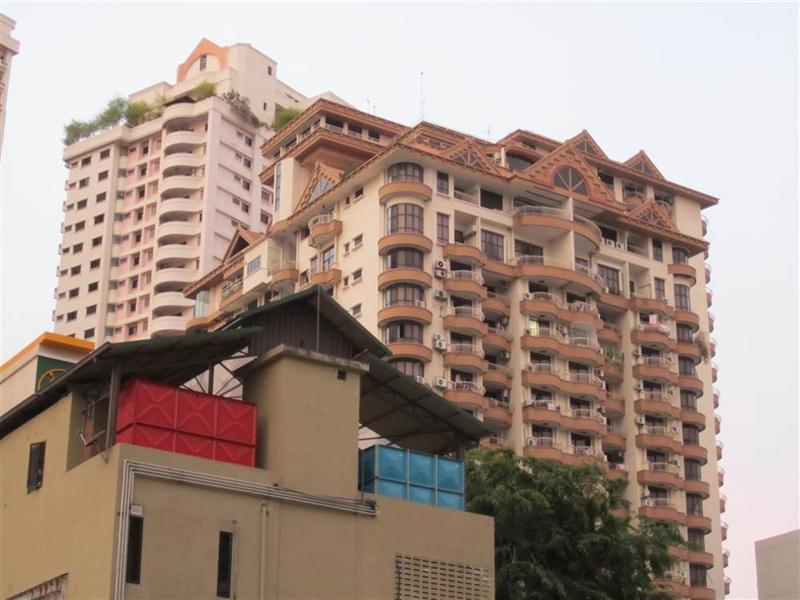 bloki mieszkalne maja ok 20 pięter i wykończone są właśnie tak