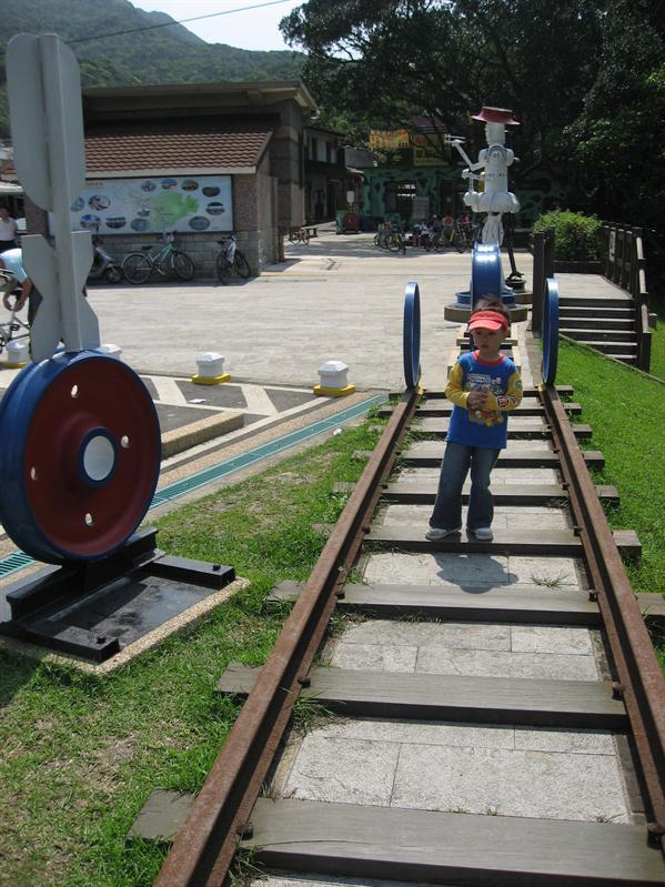 小蘇子喜歡在鐵軌上走