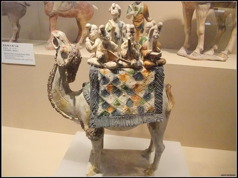 出發絲路上的一批駱駝駝著八名樂師