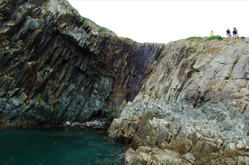 近覽長岩洞崖