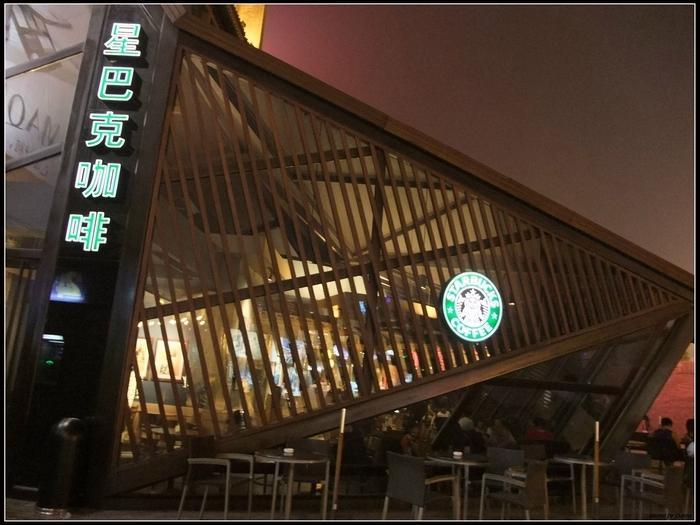 西安鐘鼓樓的星巴克咖啡,頗有設計感