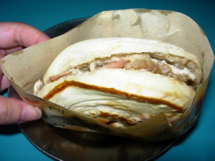 肉夾饃有點像是割包,不過外面包的是烤得很香的餅