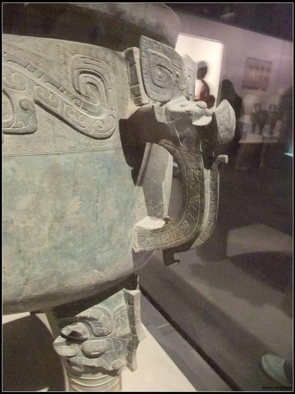 這個鼎旁邊加了兩個耳朵,不同於前一個鼎只有上方的耳朵