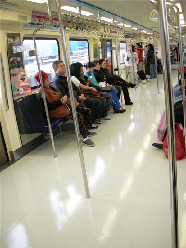 捷運,剛才見一群穿運動服的學生坐在車箱地面
