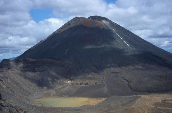 TONGARIRO CROSSING, NGAURUHOE  'MOUNT DOOM' - NI - FEB 2004