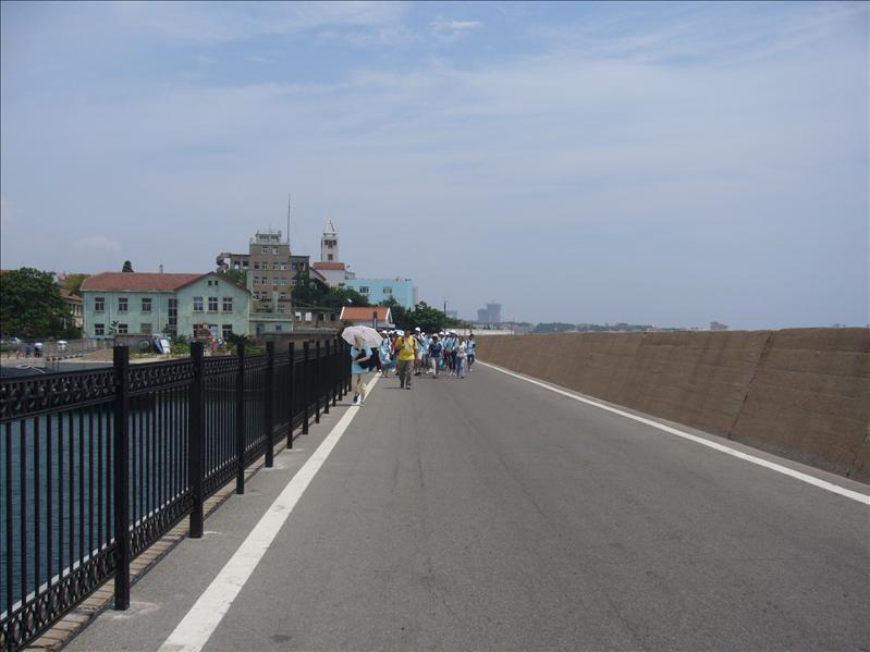步行至小青島中......
