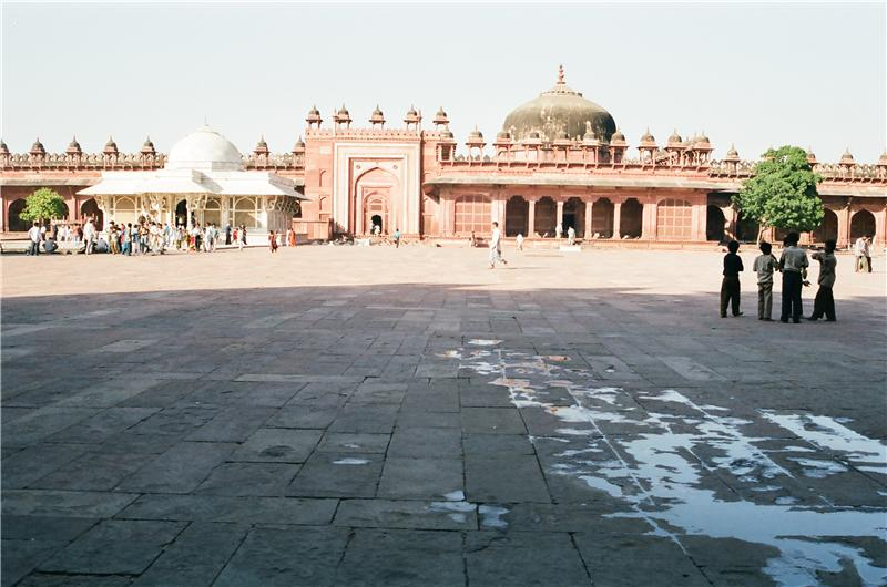 Tomb of Salim Chishti (left) and Islam Khan I's tomb (right) in Jama Masjid courtyard