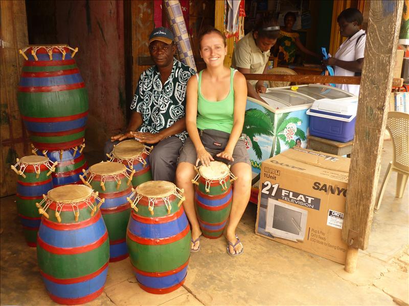Akatzi, Pastor und Alex mit ein paar der gekauften Trommeln