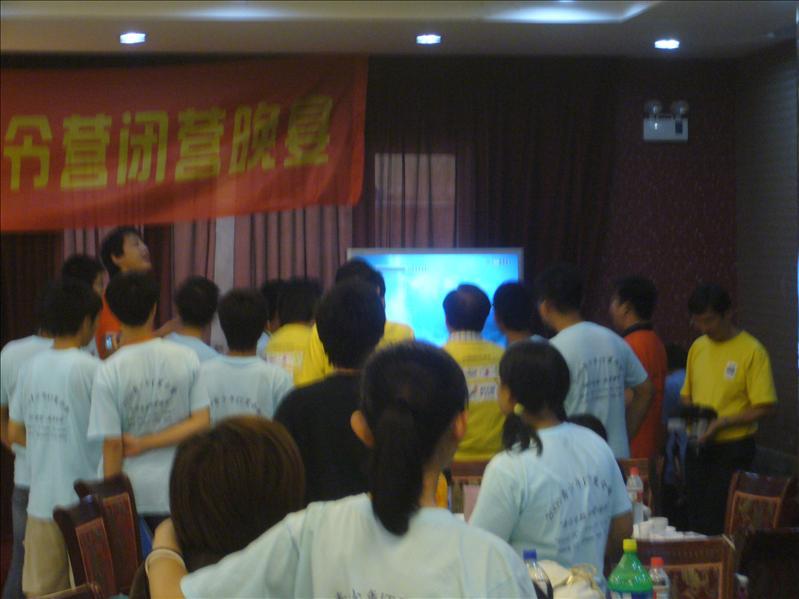 團員和導師正興高彩烈地唱歌=],橙色團服的是上海的導師,其他也是香港的團員  @ 晚宴場地