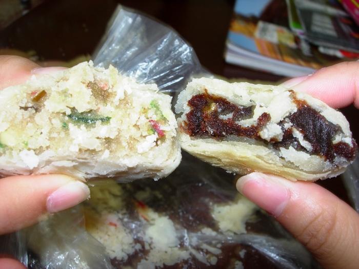 水晶餅裡面像是夾了五彩繽紛的糖塊,而棗泥紅豆餅就還蠻一般般