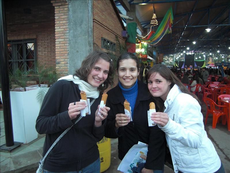 Auf der Expo - Wir essen Churro (extrem süss und ungesund - mir hats nicht geschmeckt)