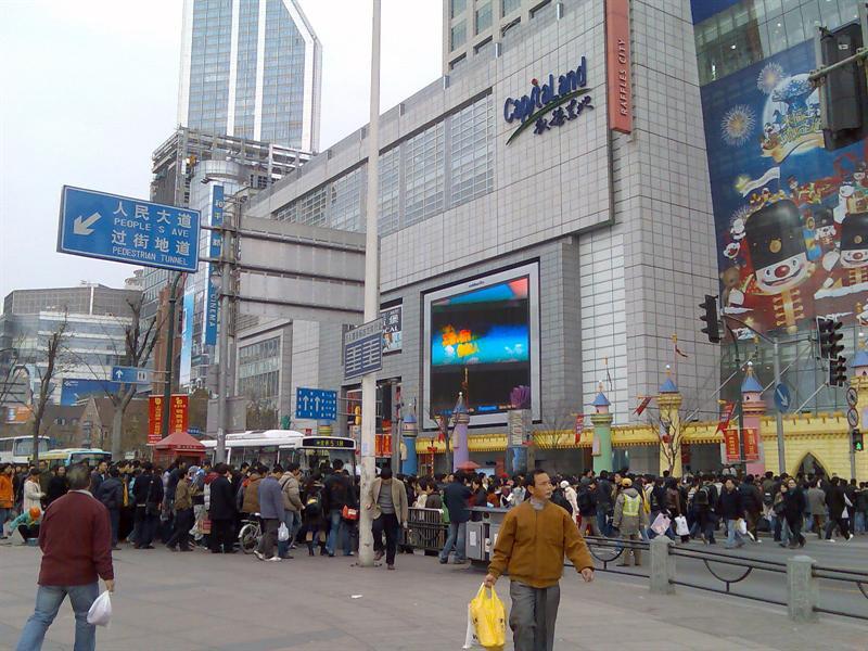 要想见识上海的人流,人民广场是最好的场所