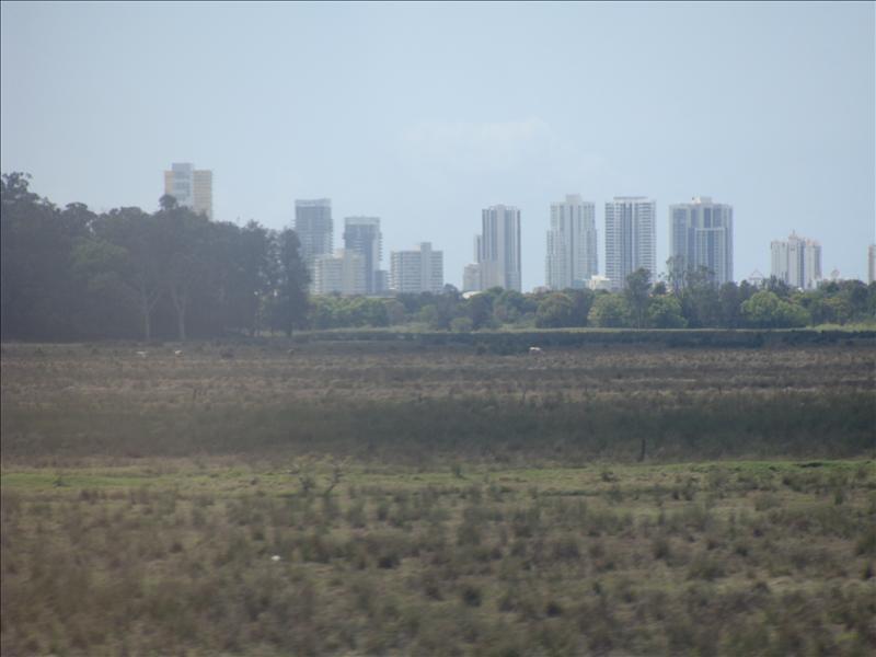 nur nichts , Natur , und dann sieht man aus dem Zug auf einmal die Skyline vom Strand^^ ( Surfers Paradise Goldcoast)