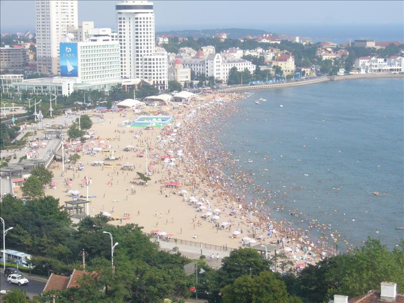 小魚山向下望的沙灘,,Jessica說,,人多得像垃圾.....