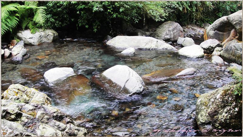 巨石瀑布水往下流