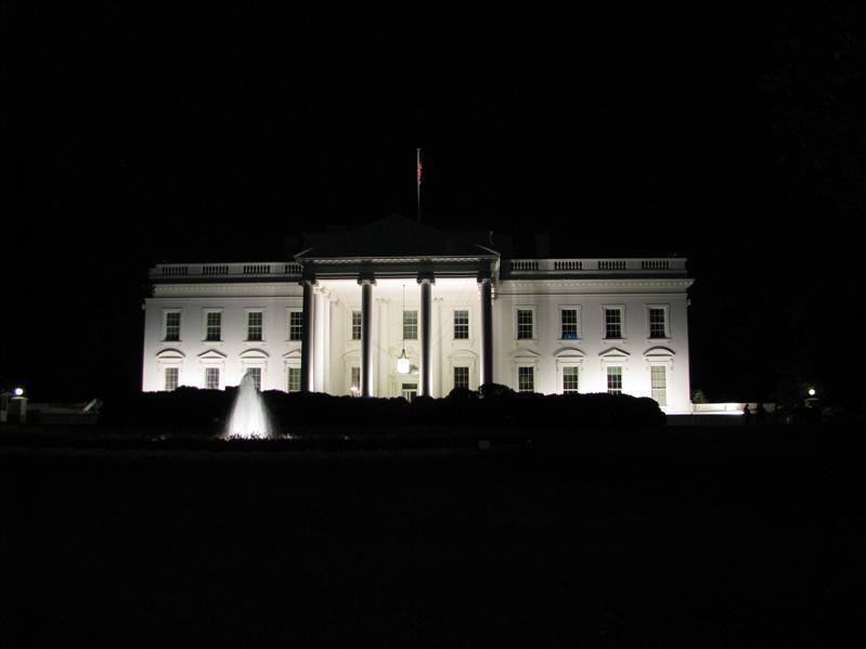 Het witte huis van de achterkant bij nacht
