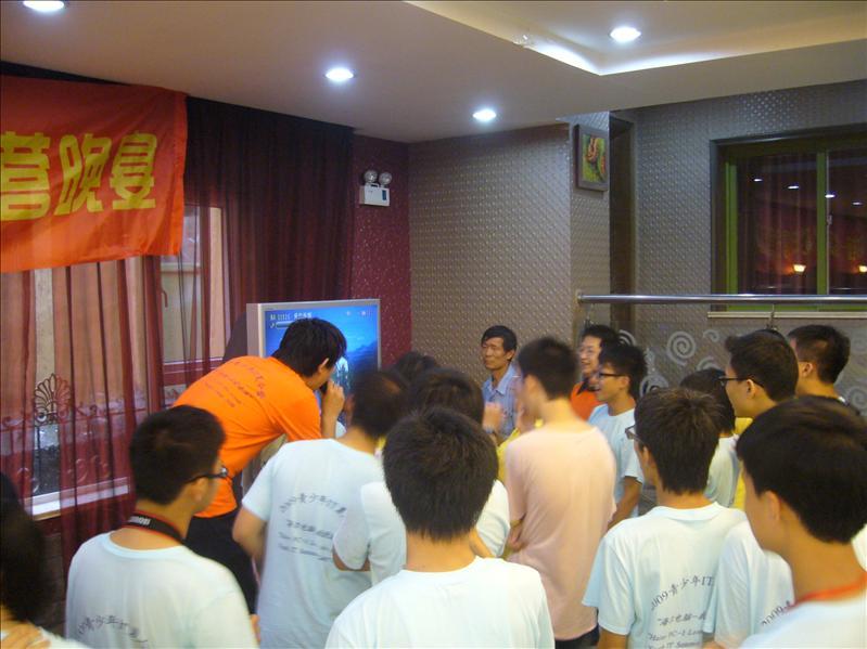 團員和導師正興高彩烈地唱歌=],橙色團服的是上海的導師,其他也是香港的團員 @ 晚宴場