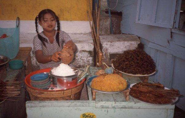 STREET VENDOR, KYAIKTIYO, MYANMAR