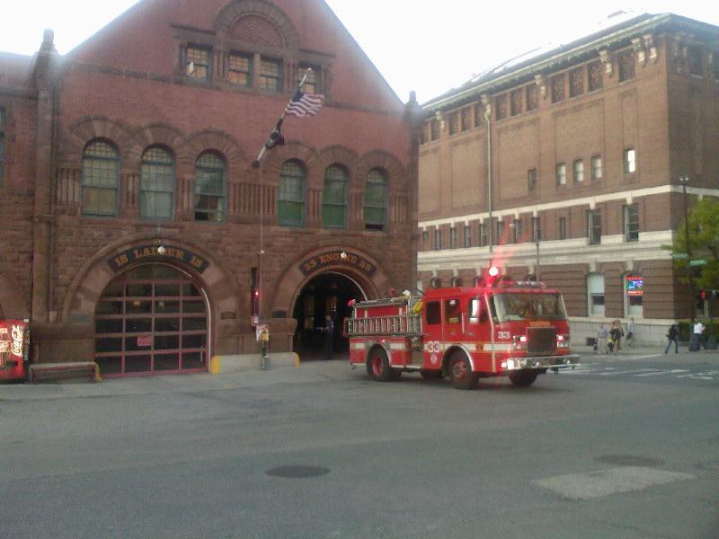 Leuk brandweerautootje en zijn garage