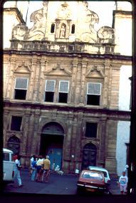 Catedral con mendigos