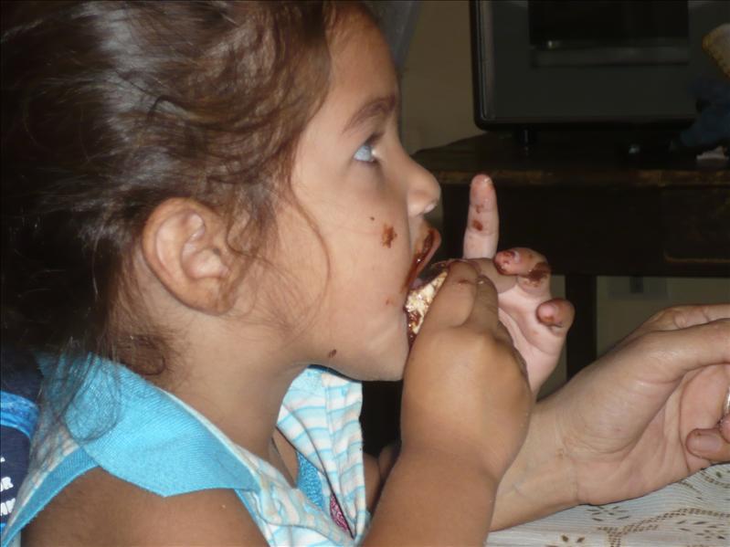 Sara - isst das erste mal Nutella