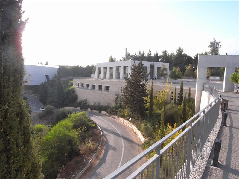 yad vashem memorial museum