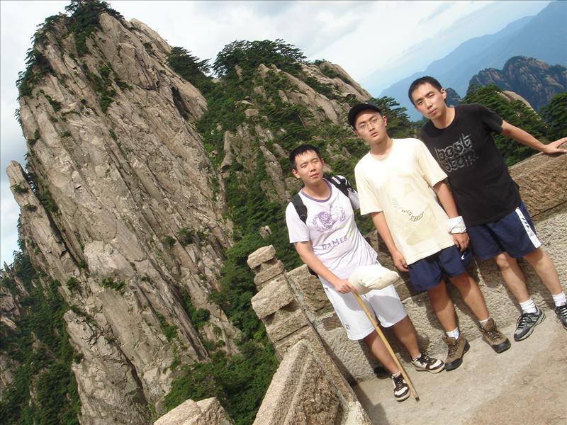 中间的我和双胞胎表哥