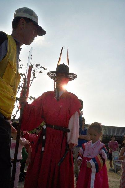 """09/14 - chuseok @ gyeongbokgung -   here's another with a cute girl wearing the traditional korean """"hanbok"""""""