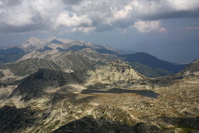 Гледката от Каменица е уникална! Виждат се част от върховете по билото, в т.ч. и Н.В. Вихрен. Чудесно се виждат езерото и заслона с новото му разширение.