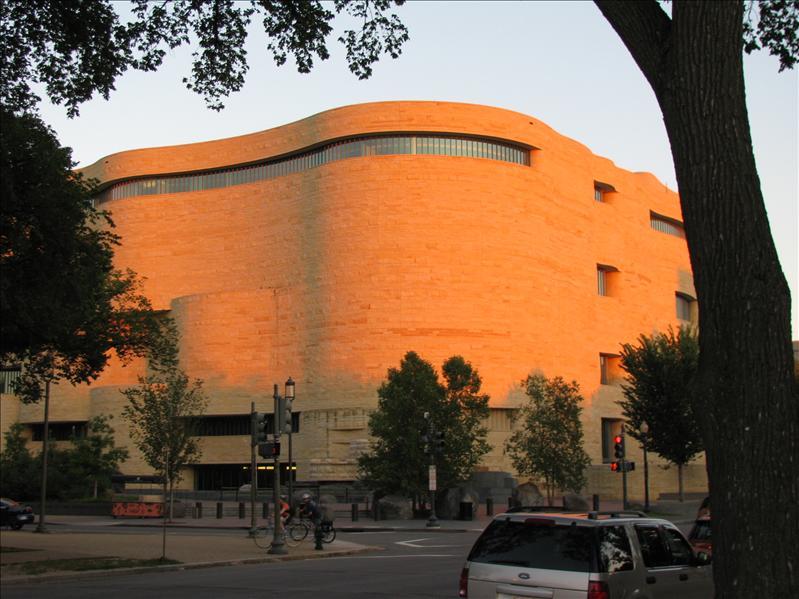 nieuwste museum: american-Indian museum. het heeft geen hoeken: tipi's hebben namelijk ook geen hoeken. Indianen waren bang dat slechte geesten in hoeken schuilen