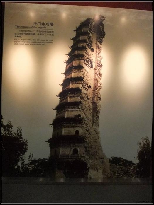 歷史照片顯示真身寶塔曾經1981年的地震中斷成一半