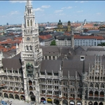 .. lead us to the new Rathaus ...