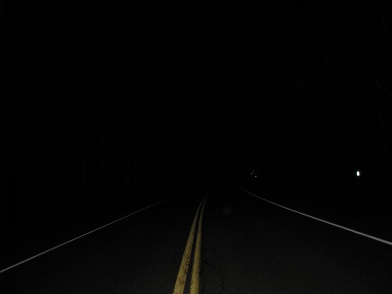hier loopt hij voor me op de weg, niet te zien in donker vanzelf