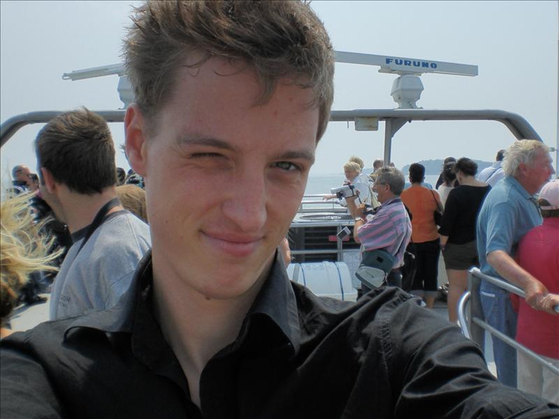 op het dak van de boot, la camisa negra