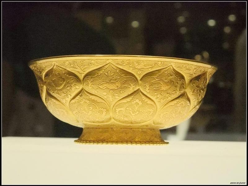 做工細緻的金碗,中間是飛翔的鳥,下方是花朵,象徵鳥在花中飛翔
