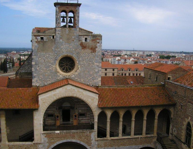 In Perpignan is the Castle of the Kings of Mallorca, the inner courtyard ....