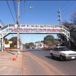 Die Fussgängerbrücke verbindet die beiden Seiten des Colegios - A híd összeköti a Colegio két oldalát