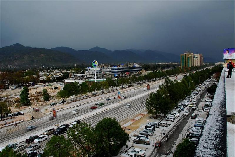 Blue Area Road towards Parliment, Islamabad, Pakistan ---- Back of my office