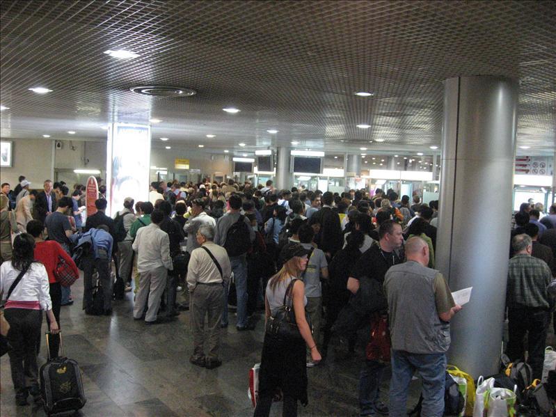 混亂的機場入境中