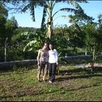 Dominga und ich vor einer Bananenstaude im Spielpark des Kindergartens