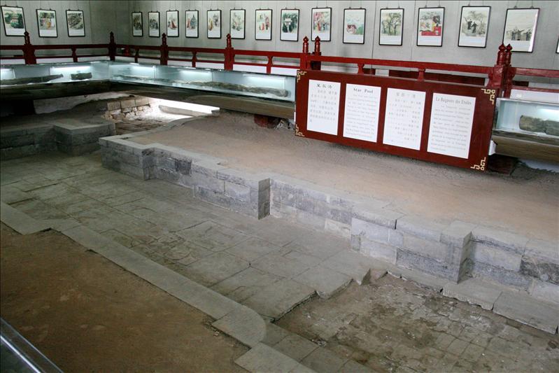 唐太宗的浴池,右下角那塊是秦朝留下的地磚