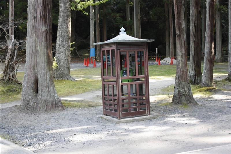 瑞巖寺庭園內的電話亭