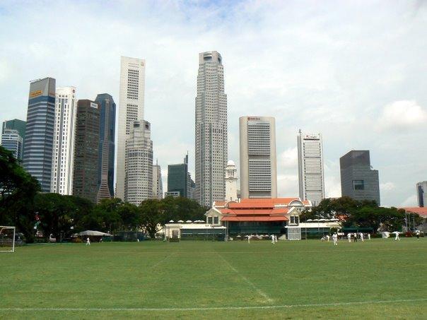 Le celebre club de cricket de Singapour sur fond de grattes-ciel