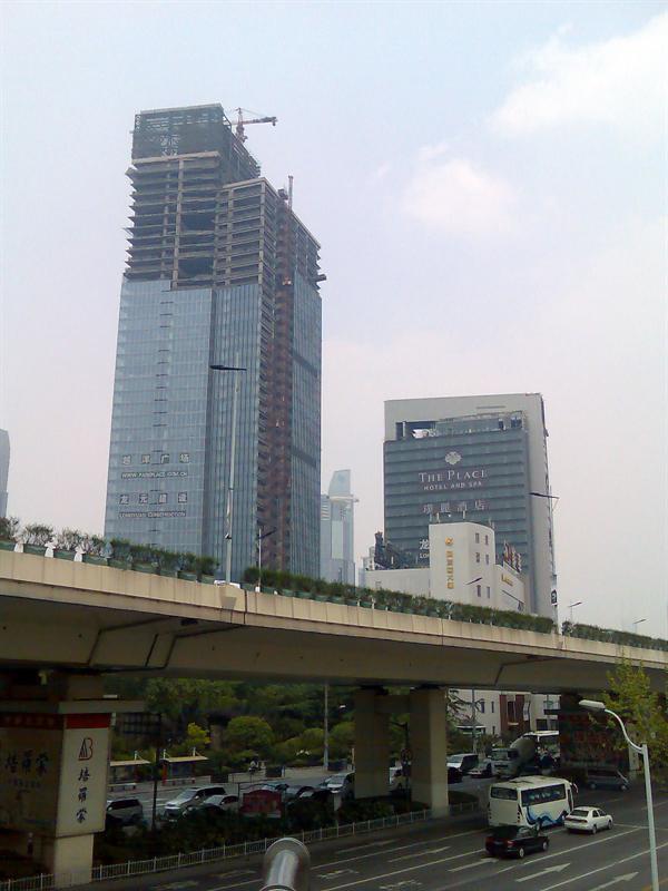 右边那个矮矮的在建酒店据说是目前上海房价最贵的酒店